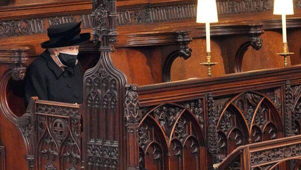 Королева Великобритании Елизавета II на похоронах принца Филиппа в часовне Святого Георгия в Виндзоре - Sputnik Italia