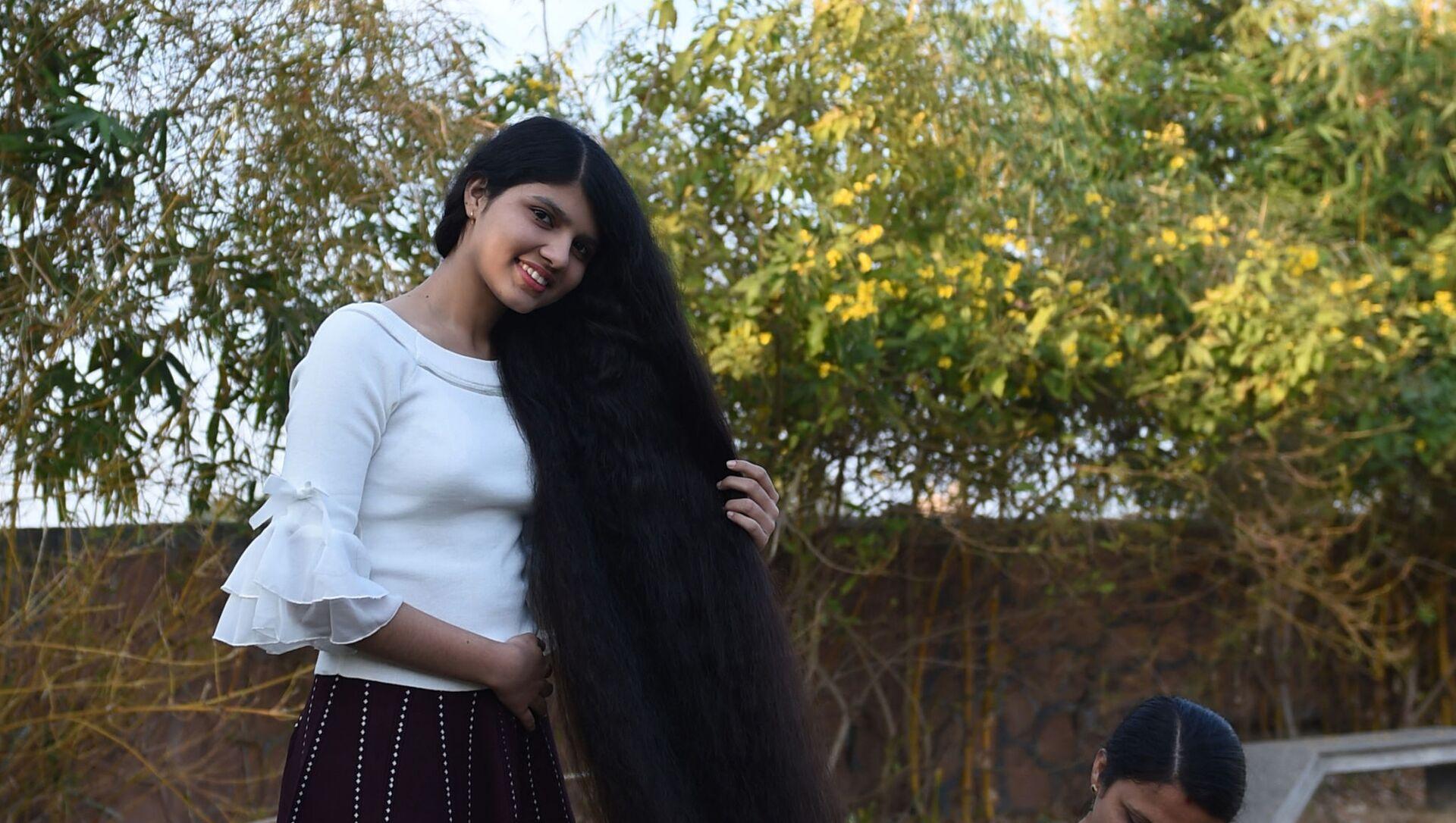 Nilanshi Patel, di Modasa, Gujarat, India, detiene dal 2018 il Guinness World Record per il capelli più lunghi del mondo di una teenager - Sputnik Italia, 1920, 19.04.2021
