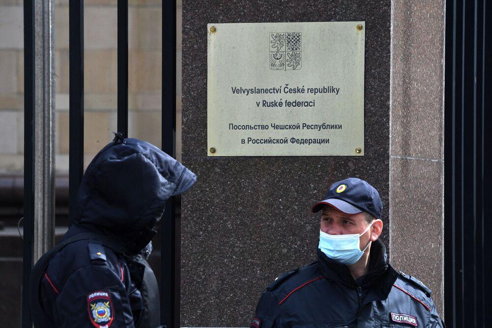 Le forze dell'ordine presso l'Ambasciata della Repubblica Ceca a Mosca