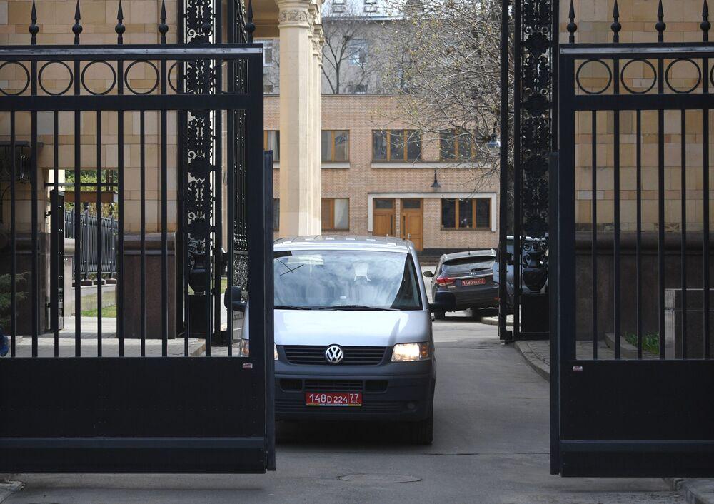 Un'auto con la targa diplomatica lascia il territorio dell'Ambasciata della Repubblica Ceca a Mosca