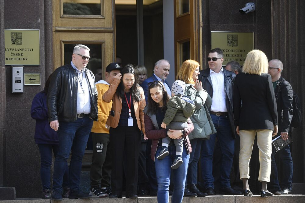 La portavoce del ministero degli Esteri russo Maria Zakharova, commentando l'espulsione di 18 diplomatici russi, aveva affermato che la Russia avrebbe annunciato presto misure di ritorsione per l'espulsione dei diplomatici d'istanza in Repubblica Ceca