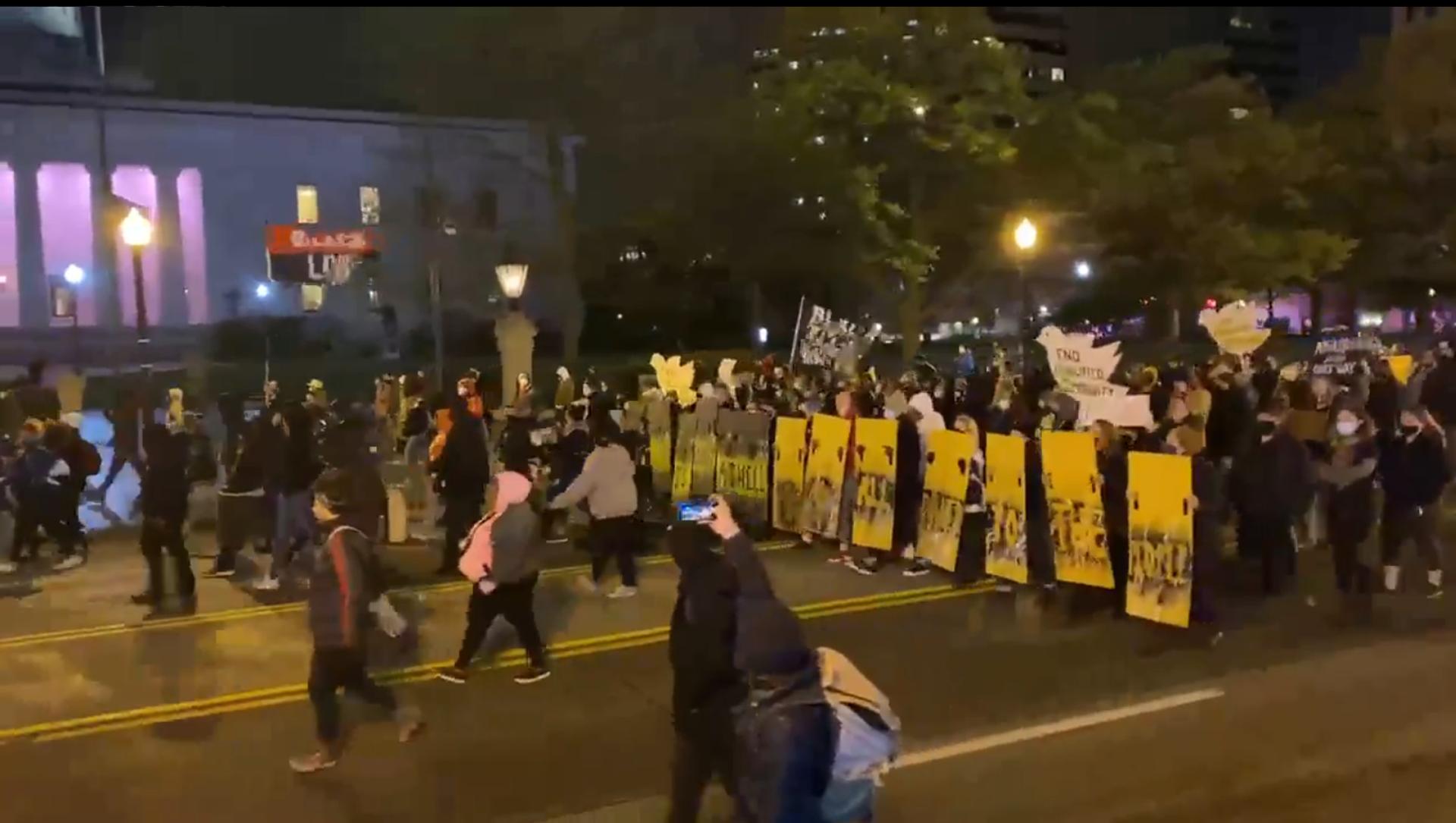 Uno screenshot del filmato dei manifestanti in marcia a Columbus, Ohio, dopo l'uccisione di una 15enne di coklore da parte della polizia locale. - Sputnik Italia, 1920, 21.04.2021