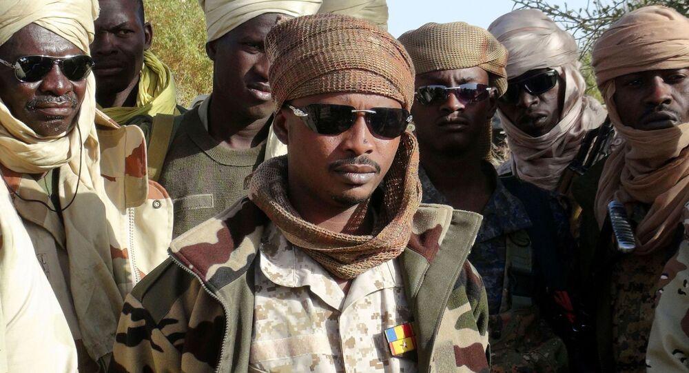 Il figlio del defunto presidente del Ciad Idriss Déby, Mahamat Idriss Déby Itno (noto anche come Mahamat Kaka) e gli ufficiali dell'esercito ciadiano si riuniscono nella città nord-orientale di Kidal, Mali, 7 febbraio 2013