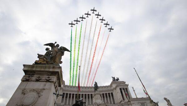 La Pattuglia Acrobatica Nazionale (PAN) dell'Aeronautica Militare Italiana Le Frecce Tricolori sopra l'Altare della Patria a Roma - Sputnik Italia
