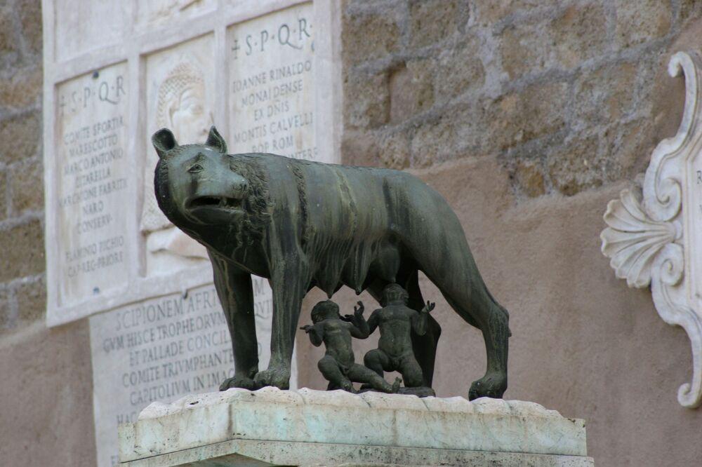 La Lupa capitolina, una scultura di bronzo, di incerta datazione, custodita ai Musei Capitolini, a dimensioni approssimativamente naturali