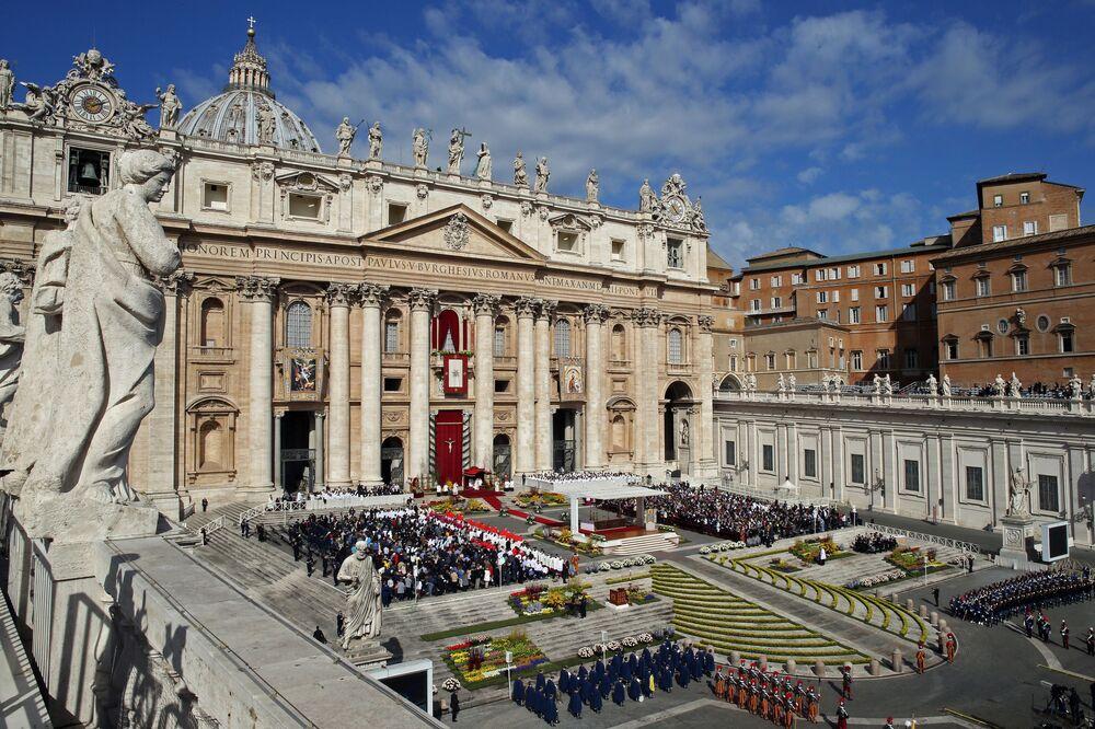 Papa Francesco celebra la Messa di Pasqua nella Basilica di San Pietro in Vaticano