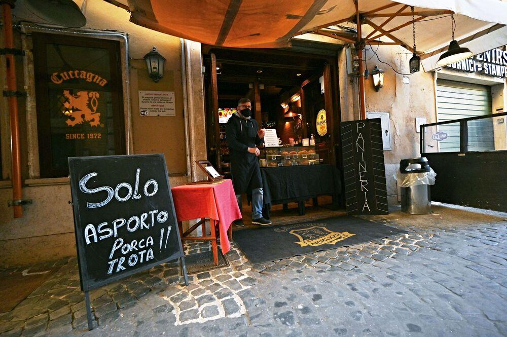 Giovanni Cimino, proprietario del Bar ristorante Cuccagna, in attesa dei clienti a Roma, il 15 marzo 2021