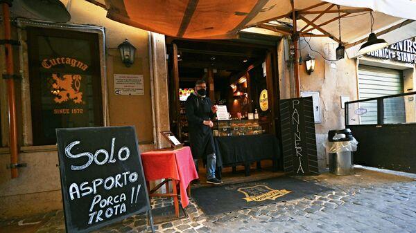 Il proprietario di un ristorante di Roma in attesa di clienti - Sputnik Italia
