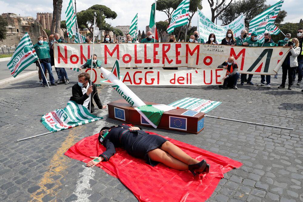 I dipendenti dell'Alitalia in protesta per chiedere al governo italiano ad abbandonare i negoziati con la Commissione europea sulla ricostruzione della compagnia aerea, Roma, il 16 aprile 2021