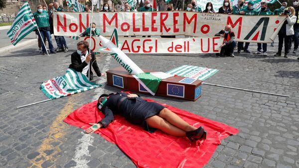 Рабочие Alitalia проводят акцию протеста, призывая правительство Италии отказаться от переговоров с Европейской комиссией по поводу реконструкции авиакомпании, Рим, Италия, 16 апреля 2021 года - Sputnik Italia