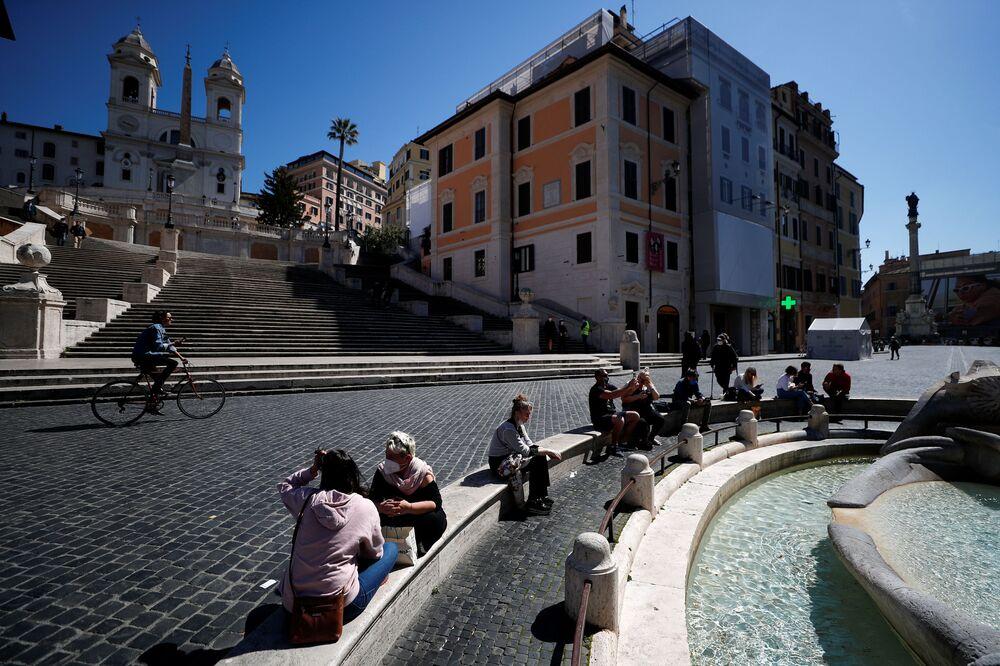 Piazza di Spagna, con la scalinata di Trinità dei Monti, è una delle più famose di Roma