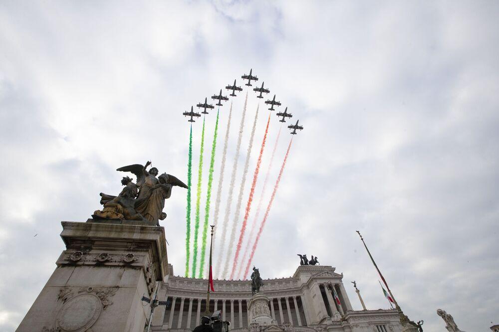 La Pattuglia Acrobatica Nazionale (PAN) dell'Aeronautica Militare Italiana Le Frecce Tricolori sopra l'Altare della Patria a Roma