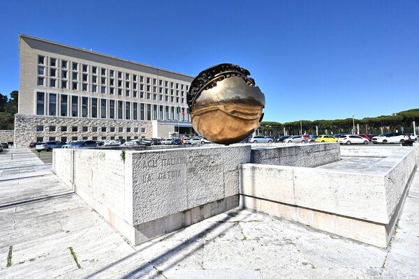 Il palazzo della Farnesina, spesso chiamato semplicemente Farnesina, è un edificio della pubblica amministrazione sede del Ministero degli affari esteri della Repubblica Italiana. Si trova tra Monte Mario e il Tevere nella zona del Foro Italico a Roma. - Sputnik Italia