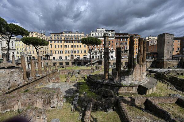 Largo di Torre Argentina, una piazza a Roma. Al suo centro, si trova un'area archeologica con i resti di quattro templi romani risalenti all'età della Repubblica.  - Sputnik Italia