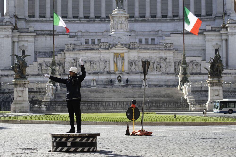 Funzionario di polizia municipale in Piazza Venezia a Roma, Italia