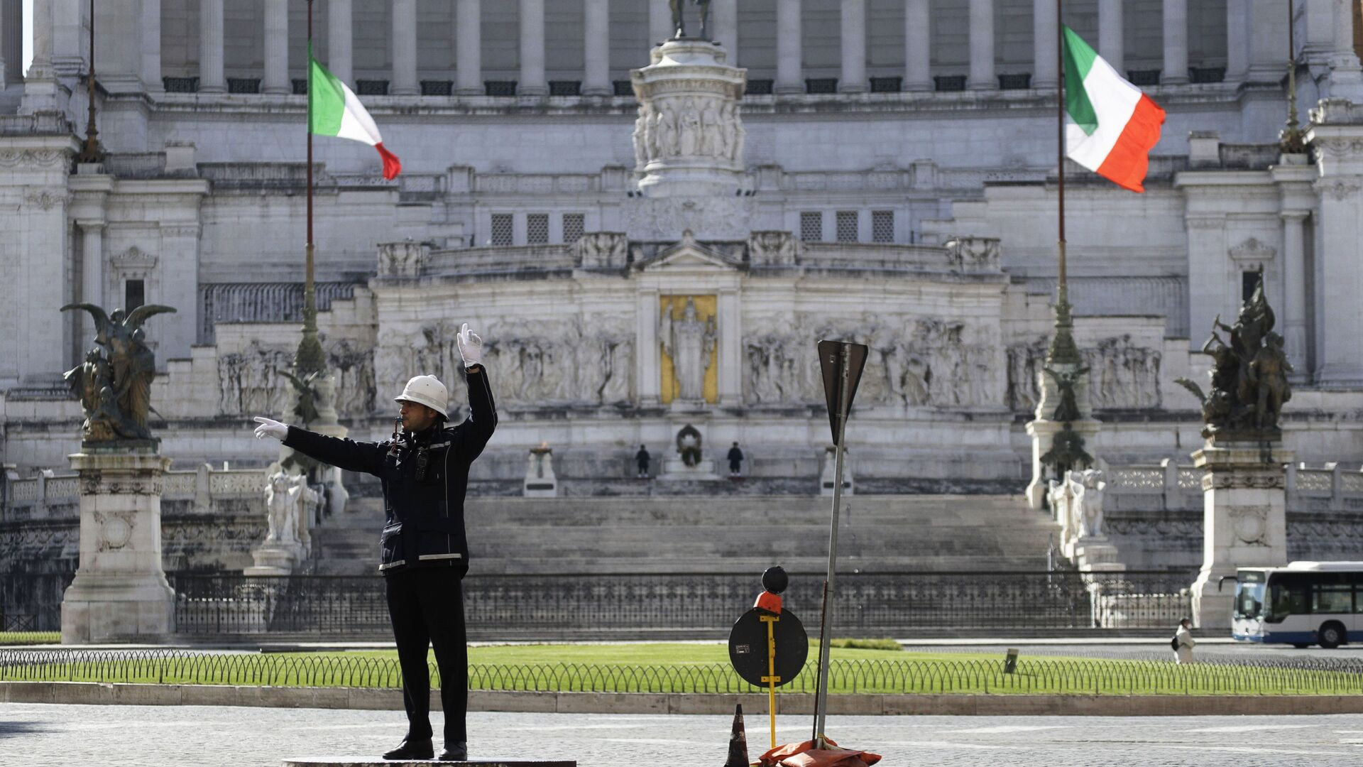 Сотрудник муниципальной полиции на площади Пьяцца Венеция в Риме, Италия - Sputnik Italia, 1920, 17.07.2021