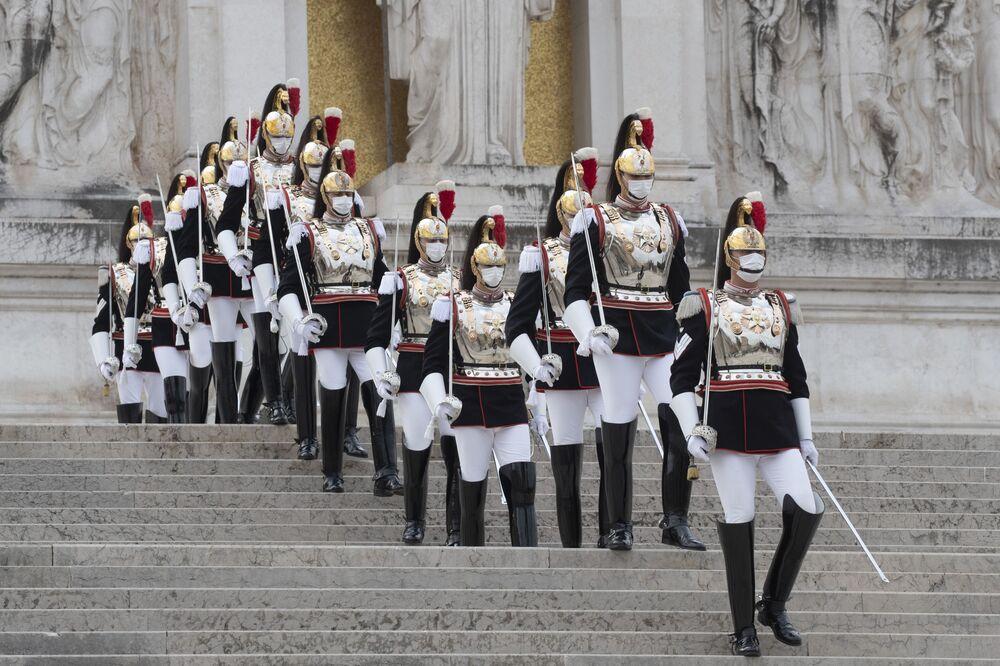 I Corazzieri, la guardia d'onore del Quirinale, durante le celebrazioni per la La Giornata dell'Unità Nazionale e delle Forze Armate, mercoledì 4 novembre 2020