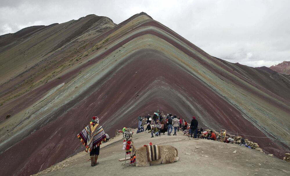 I turisti ammirano la meraviglia del Vinicunca, una montagna delle Ande nella regione di Cusco, in Perù