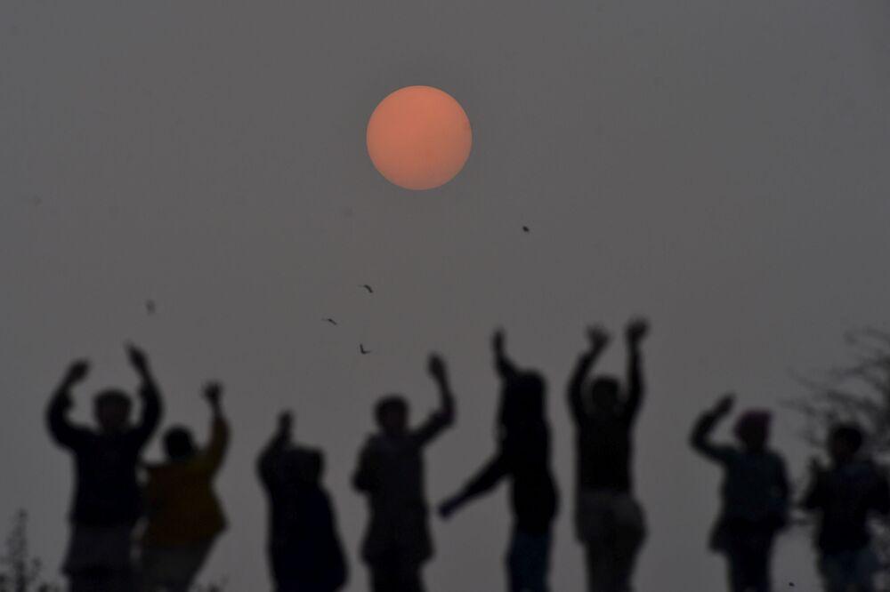 I bambini giocano al tramonto a Lahore, il 31 dicembre 2019