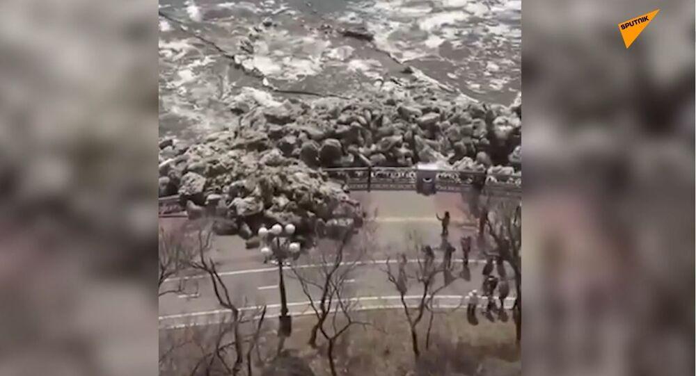 Primavera in Siberia: disgelo provoca deriva di ghiaccio che rompe argini e distrugge strade