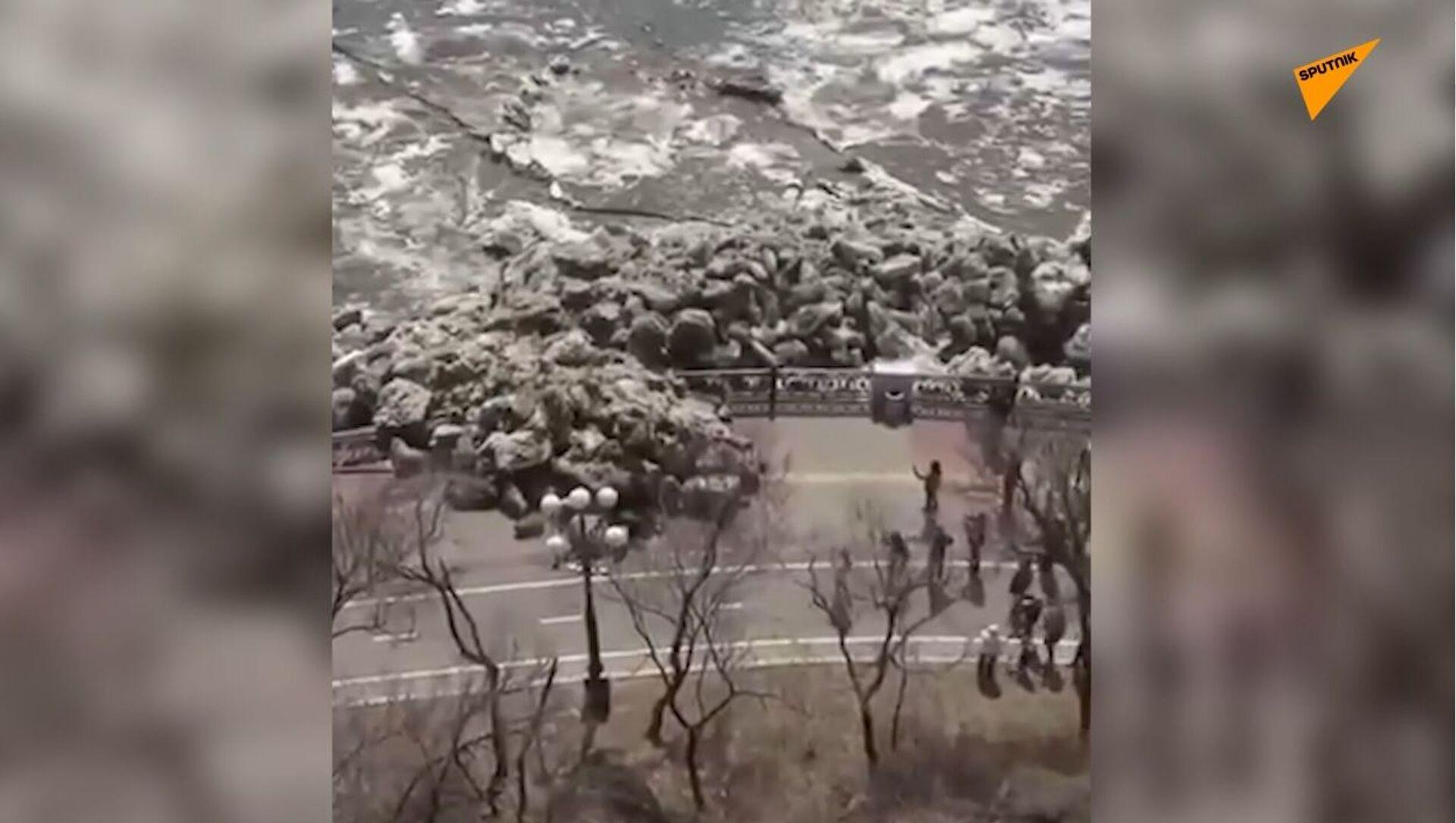 Primavera in Siberia: disgelo provoca deriva di ghiaccio che rompe argini e distrugge strade - Sputnik Italia, 1920, 22.04.2021