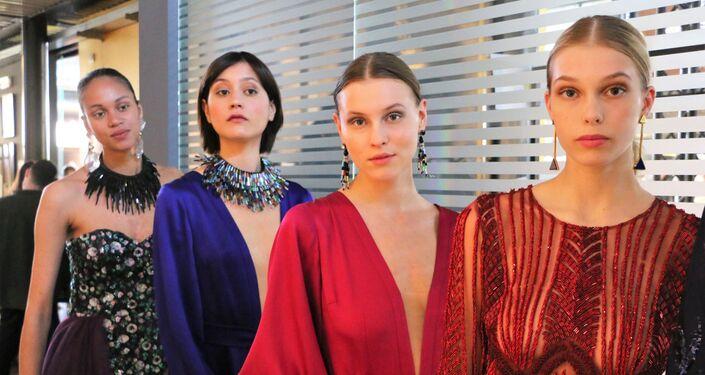 Modelle presentano la collezione di abiti da sera
