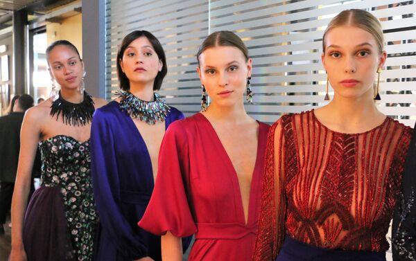 Modelle presentano la collezione di abiti da sera - Sputnik Italia