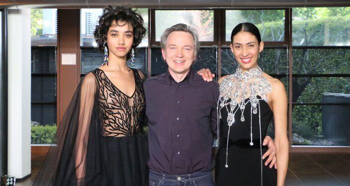 Evgeny Utkin Sputnik Italia con le modelle alla Settimana della Moda