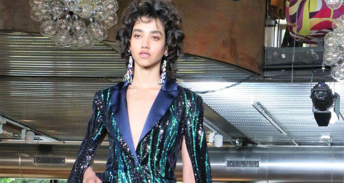 Una modella ha presentato una collezione di vestiti alla moda