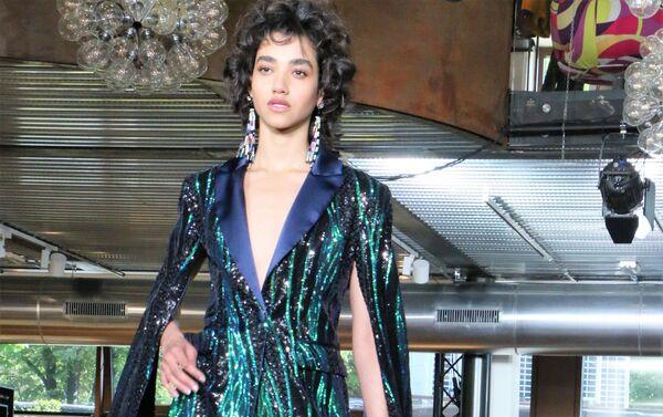 Una modella ha presentato una collezione di vestiti alla moda - Sputnik Italia