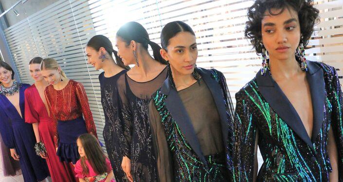 Le modelle prima della sfilata alla Settimana della Moda
