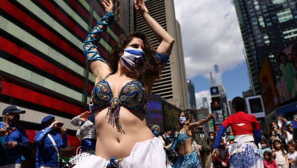 Una donna balla alla celebrazione del Giorno dell'Indipendenza di Israele, in occasione del 73 ° anniversario della fondazione dello Stato, Times Square a New York, USA. - Sputnik Italia