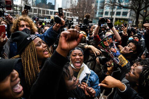 Le persone festeggiano il verdetto di condanna per l'ex agente di polizia Derek Chauvin, 20 aprile 2021, Minneapolis, USA.  - Sputnik Italia