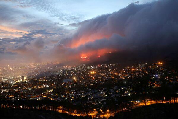 L'incendio forestale sulle pendici di una montagna a Cape Town, Sud Africa, 19 aprile 2021.  - Sputnik Italia