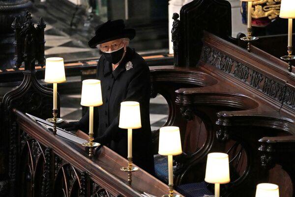 La regina Elisabetta assiste al funerale del principe Filippo alla cappella di San Giorgio a Windsor, Regno Unito, 17 aprile 2021. - Sputnik Italia