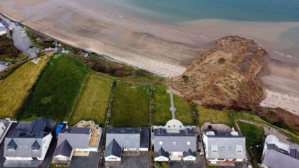 Case sul bordo di un dirupo dopo un crollo costiero nel villaggio di Nephin, Wales, Regno Unito, 20 aprile 2021 - Sputnik Italia