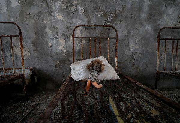 Una bambola antica in un asilo nido vicino alla centrale nucleare di Chernobyl nella città abbandonata di Pripyat, Ucraina - Sputnik Italia