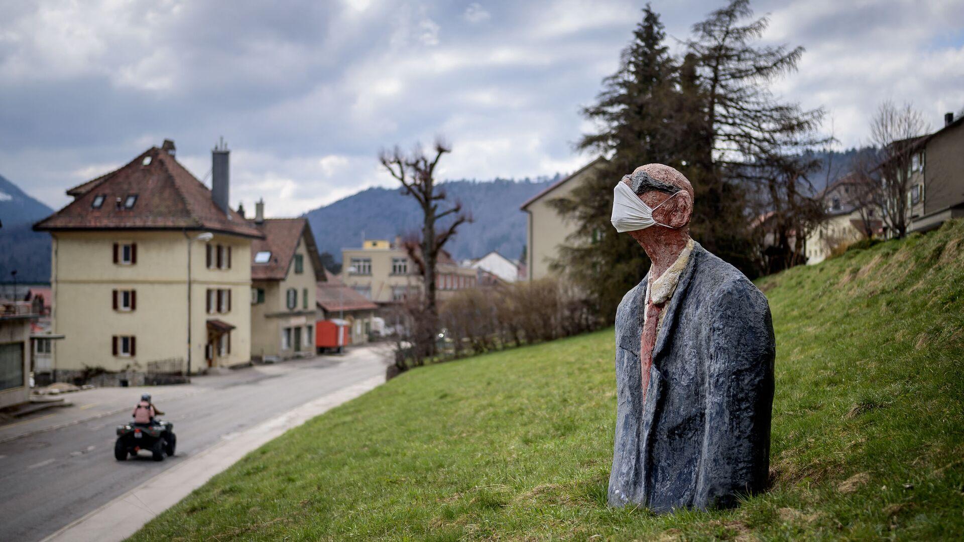 Statua di uomo con mascherina a Sainte-Croix, in Svizzera - Sputnik Italia, 1920, 24.04.2021
