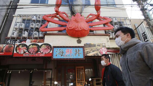 Persone con mascherine a Tokyo, Giappone - Sputnik Italia