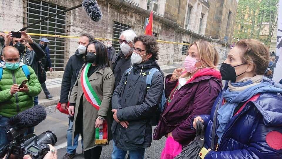 Il presidio davanti al Mise di Cristello con Simona Izzo e Ricky Tognazzi