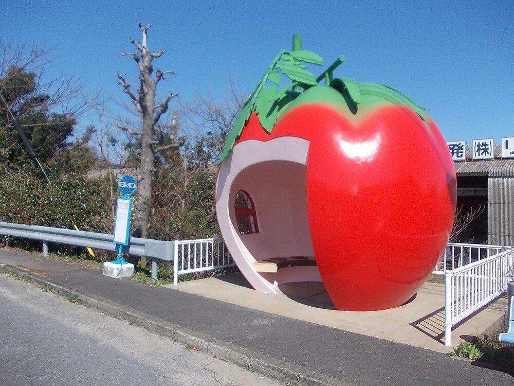 La fermata dell'autobus a forma di mela nella città di Konagai, Prefettura di Nagasaki, Giappone