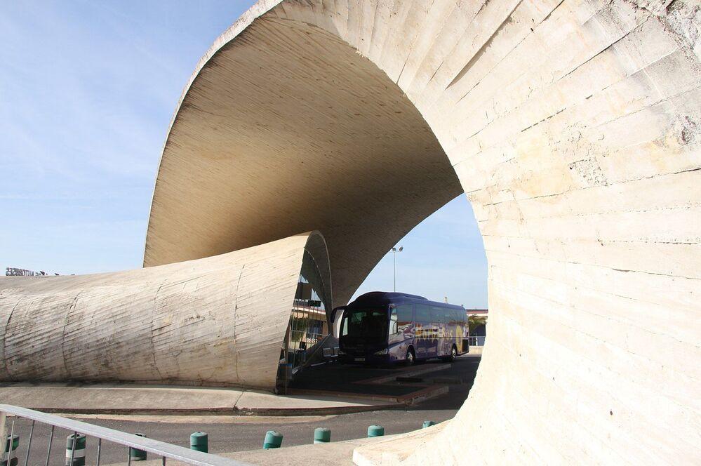 La fermata degli autobus nella città di Casar de Cáceres, Spagna