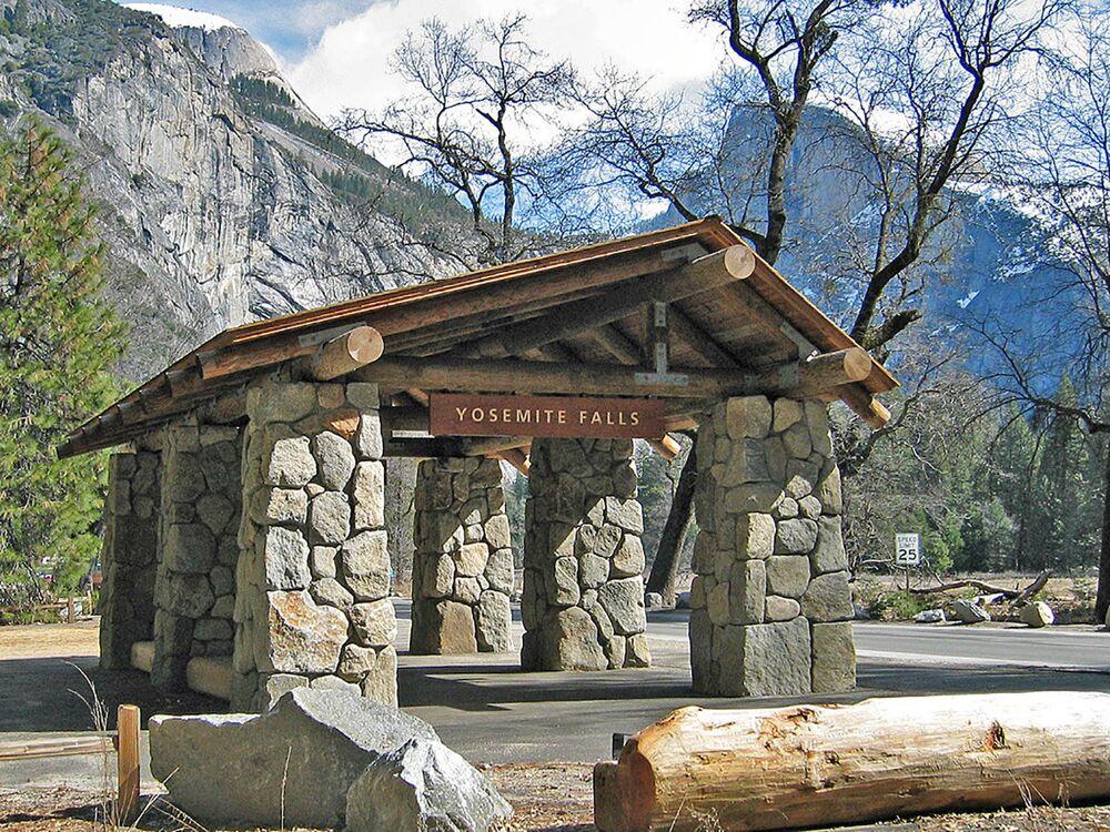 La fermata dell'autobus al Parco Nazionale di Yosemite negli Stati Uniti