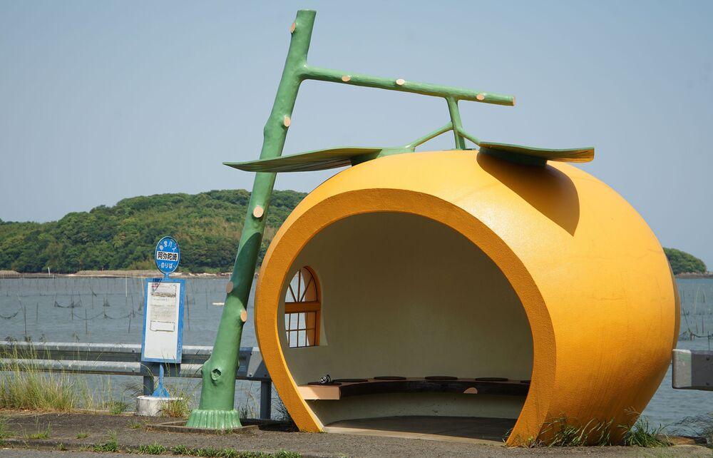 La fermata dell'autobus a forma di arancia in Giappone