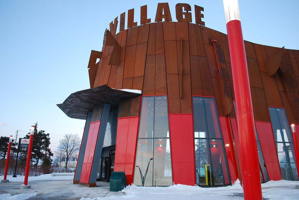 La stazione degli autobus Pioneer Village a Toronto
