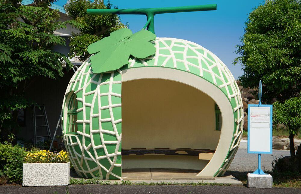 La fermata dell'autobus a forma di melone nella città di Konagai, Prefettura di Nagasaki, Giappone