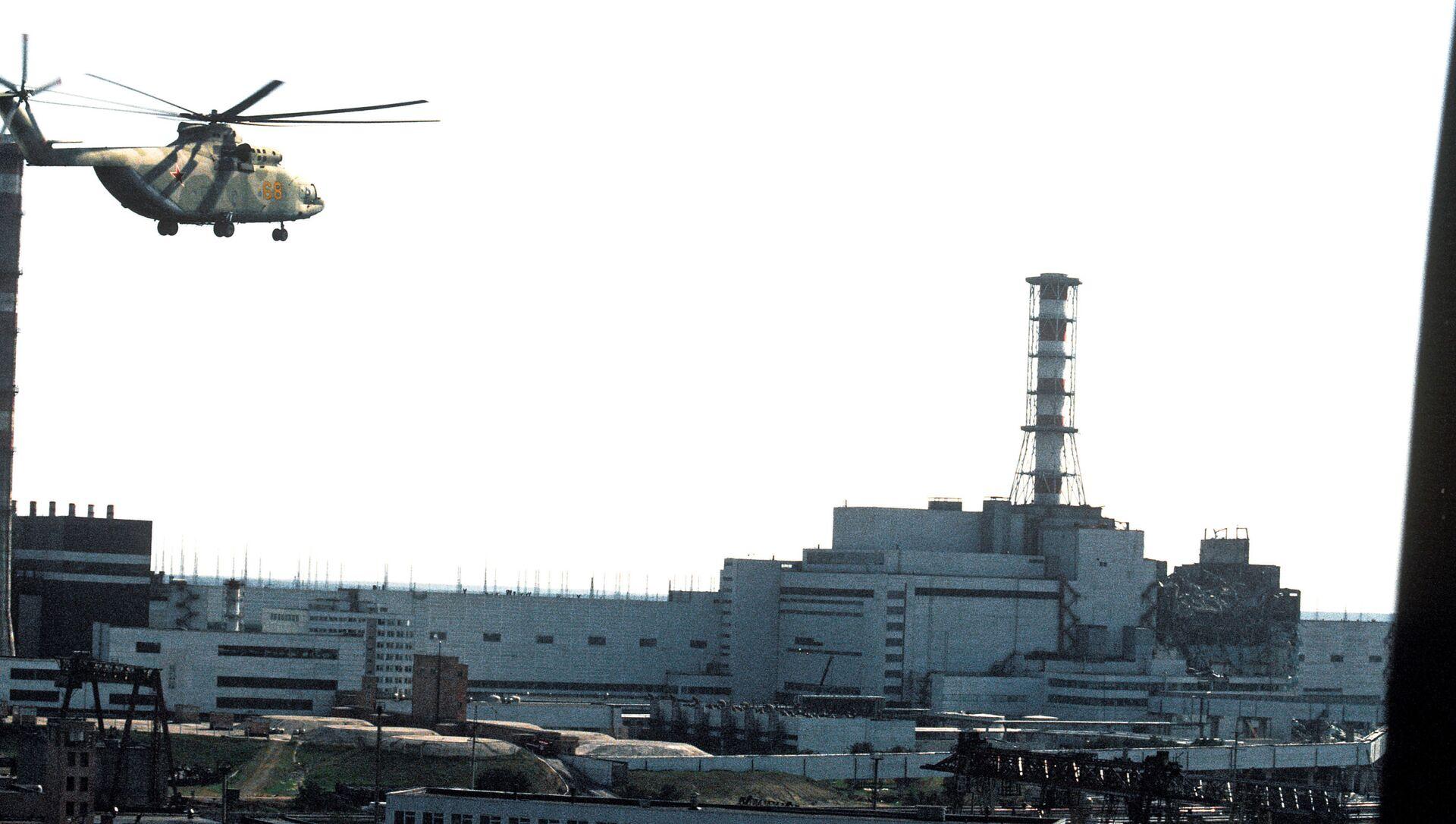 Un elicottero in volo sul reattore 4 della centrale di Chernobyl - Sputnik Italia, 1920, 18.05.2021