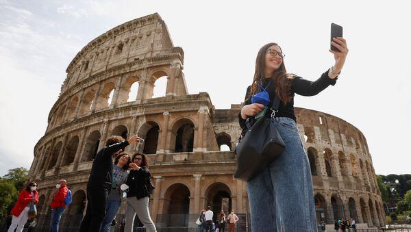 Le persone si scattano selfie vicino al Colosseo  - Sputnik Italia