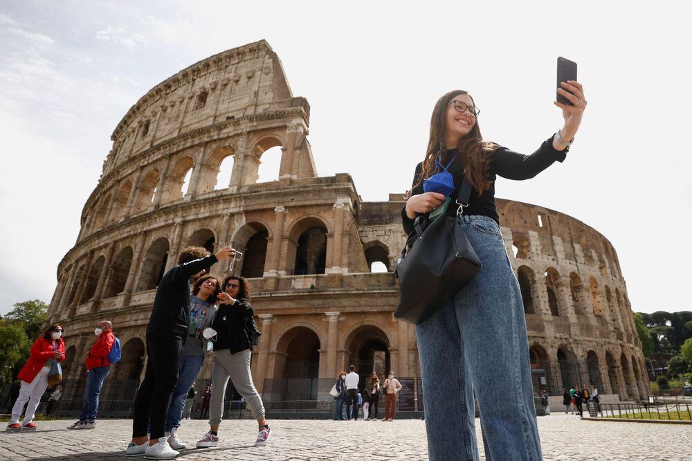 Le persone si scattano selfie vicino al Colosseo