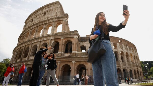 Люди делают селфи у Колизея в день его открытия - Sputnik Italia